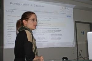 Rebecca erklärt die Google Webmaster Tools.